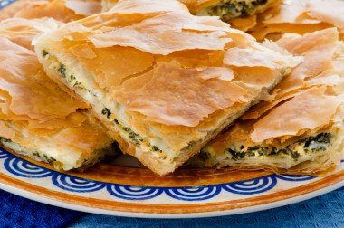 pie, spinach, spanakopita, greek, cheese, food, pastry, filo, feta, cuisine, baked, meal, snack, piece, plate, crispy, healthy, cooked, vegetable, vegetarian, green, mediterranean, tasty, appetizer, traditional, color, portion, yellow, blue, slice, delici