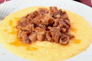 polenta con ragu di carne e funghi