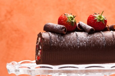 Receita de Rocambole de Chocolate e Morango - Rocambole-de-chocolate-e-morango-380x252
