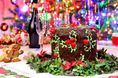 Panettone natalizio ricoperto di cioccolato e decorato