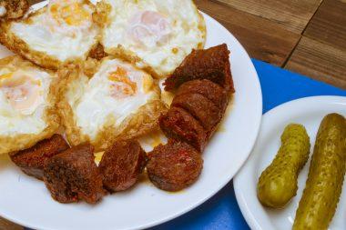 Receita de Ovos Fritos com Chouriço - Ovos-fritos-com-chouriço-380x253
