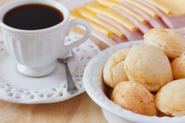 Receita de Pão de Queijo Recheado - Pão-de-queijo-recheado-380x253