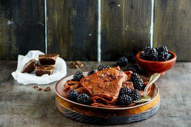 Receita de Panquecas de Chocolate com Frutas Vermelhas - Panqueca-de-chocolate-com-frutas-vermelhas-380x253